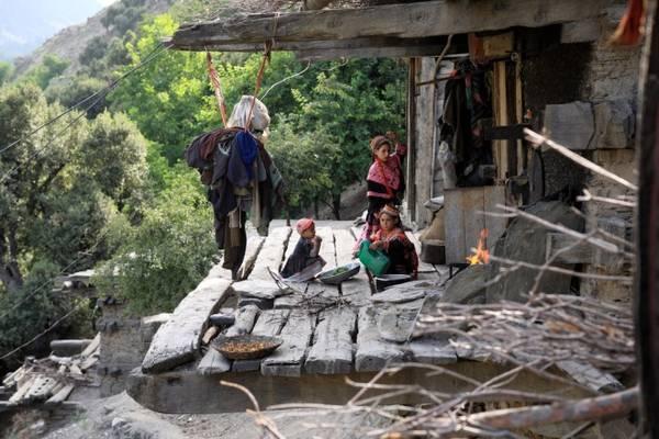 Phụ nữ Kalasha ở nhà làm các công việc nội trợ, còn đàn ông là lao động chính. Phần lớn họ kiếm sống bằng cách chăn nuôi dê.
