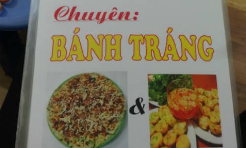 Hàng Tre là địa điểm đầu tiên đưa bánh tráng nướng Đà Lạt về thủ đô Hà Nội. Sau khi tham quan một vòng Hồ Gươm cùng các con phố cổ kính, thì đây có lẽ là điểm dừng chân lý tưởng để các bạn thưởng thức một món ăn vặt. Ảnh: Tuyết Mai.