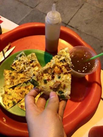 Bánh sẽ được người ăn tự cắt, ăn kèm với tương ớt và nước sốt làm mùi vị thêm hấp dẫn, chua, cay, mặn, ngọt đủ cả. Ảnh: Lan Lan