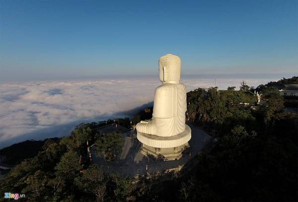 Đến đây dịp Tết, ngoài tham gia các dịch vụ vui chơi giải trí hiện đại, du khách có thể chiêm bái cửa Phật và phóng tầm mắt ngắm nhìn biển mây bao la vào thời điểm bình minh hay hoàng hôn. Ảnh: Anh Tuấn.