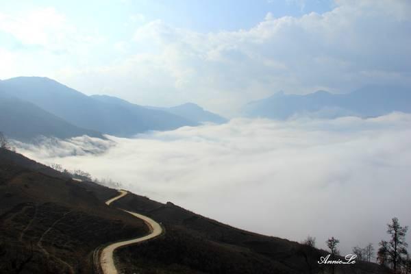 Y Tý là một xã biên giới vùng núi Tây Bắc, giáp Trung Quốc, thuộc huyện Bát Xát, Lào Cai. Đây là điểm đến săn mây nổi tiếng được dân phượt yêu thích. Thời điểm săn mây Y Tý thích hợp nhất là từ tháng 8 đến tháng 3 năm sau. Ảnh: Cỏ Biếc.