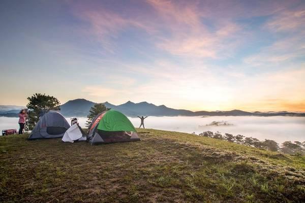 Cắm trại trên đồi cao, thoáng đãng để thỏa sức ngắm nhìn biển mây tuyệt đẹp là những trải nghiệm thú vị tại Đà Lạt đối với những ai yêu thích du lịch bụi. Ảnh: Long Quang Le.
