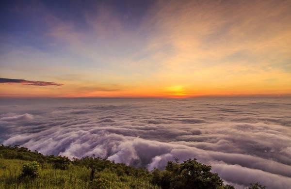 Núi Bà Đen (Tây Ninh) là ngọn núi cao nhất Đông Nam Bộ. Những năm gần đây, nơi này trở thành địa điểm săn mây thu hút dân phượt. Ảnh: Nam Phạm.