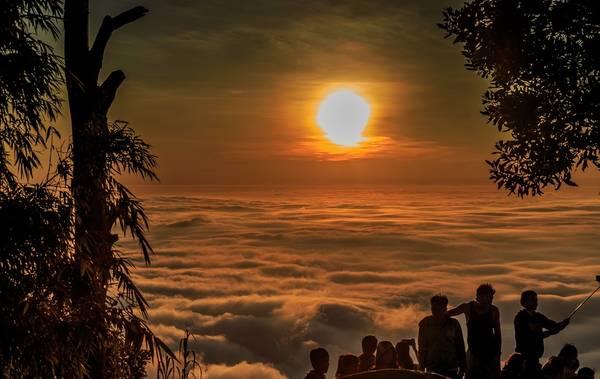 Trong những ngày nhiều mây, khung cảnh nơi đây hiện lên huyền ảo, nhất là thời khắc khi ánh bình minh lên, màu trắng của mây trời, ánh vàng rực rỡ của nắng sớm, màu xanh của cây cỏ. Tất cả hòa vào nhau tạo nên bức tranh thiên nhiên thơ mộng. Ảnh: Nam Phạm.