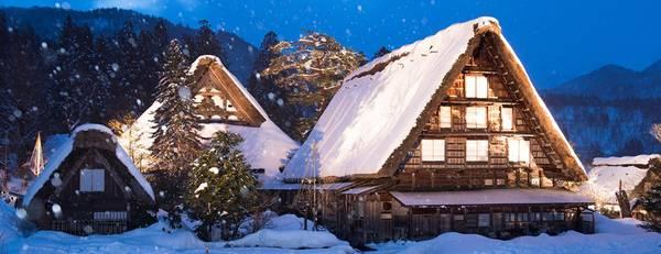 """Ngôi làng có hơn 100 ngôi nhà được xây dựng cách đây hàng trăm năm theo phong cách kiến trúc Gassho-zukuri, có nghĩa là """"chắp tay cầu nguyện"""". Ảnh: Anacooljapan."""