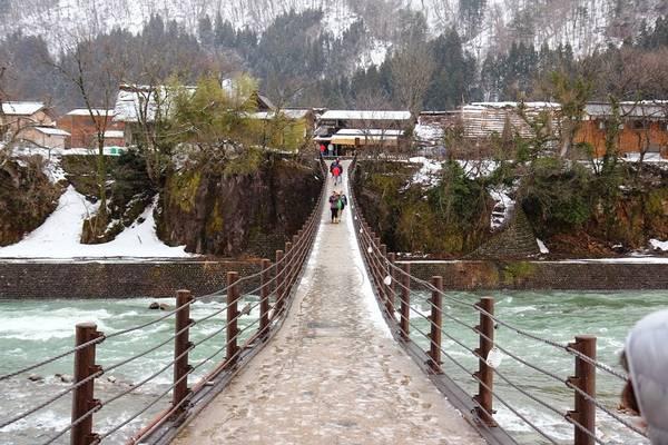 Để vào làng, bạn cần đi qua cây cầu bắc qua một con suối nhỏ. Ảnh: Whereisfatboy.