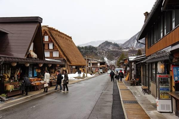 Những con đường trong làng đều sạch sẽ và yên tĩnh. Hai bên có các cửa hàng ăn, hàng lưu niệm cho khách du lịch. Ảnh: Whereisfatboy.