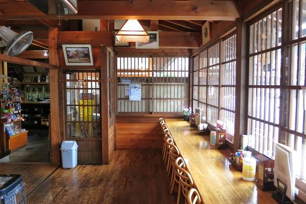 Bên trong một quán ăn nhỏ được bài trí gọn gàng, sạch sẽ ở làng Shirakawa-go. Ảnh: Whereisfatboy.
