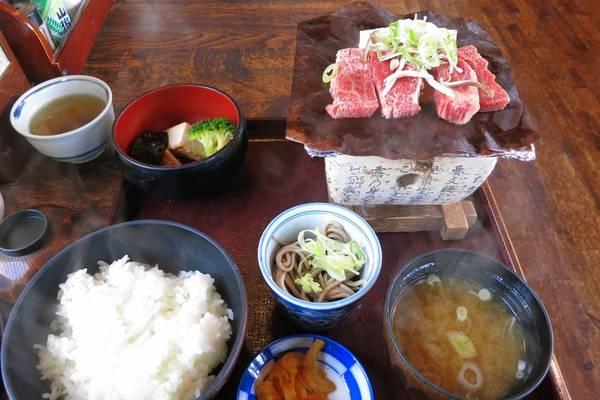 Nhà hàng trong làng phục vụ các món ăn truyền thống. Gạo do dân làng trồng. Ảnh: Whereisfatboy.