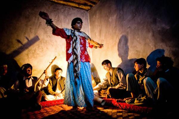 Bacha bazi là một hình thức giải trí truyền thống của Afghanistan đang trỗi dậy mạnh mẽ trong những năm gần đây, tuy nhiên chính quyền nước này làm ngơ trước những vấn nạn liên quan đến tập tục này. Ảnh: SBS.