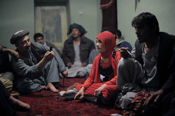 """Rustam viết: """"Zabi không phải là một người đàn ông quá quyền lực hay giàu có, nhưng ông ấy vẫn sở hữu tới ba cậu bé làm bacha. Nhiều người tại Afghanistan ủng hộ truyền thống này và nhiều người trong số họ là những nhân vật có tầm ảnh hưởng"""". Ảnh: Qefes."""