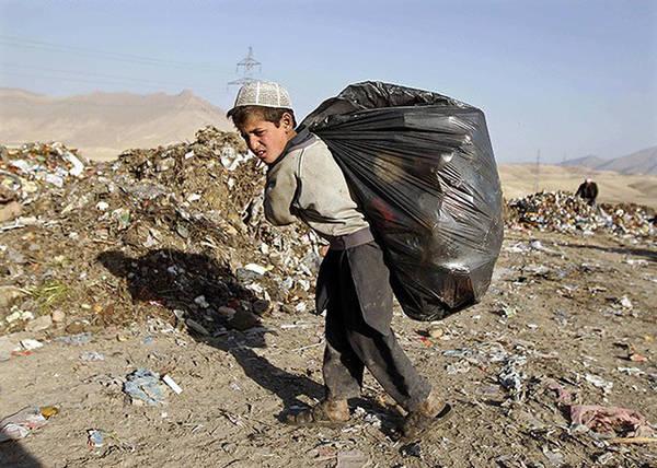 Trên đường phố Afghanistan, vô số trẻ em phải đánh giày, ăn xin cho đến thu nhặt ve chai để kiếm sống. Các em sẵn sàng làm đủ mọi việc để có tiền. Chính những điều này khiến bacha bazi sẽ còn tiếp diễn. Ảnh: Omar Sobhani.