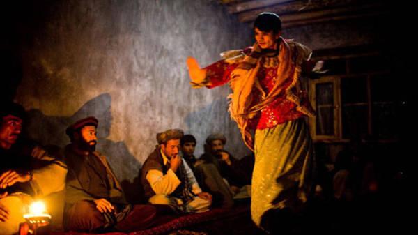 """Rustam Qobil, phóng viên BBC, từng dành nhiều tháng lăn lộn tại Afghanistan để tìm một bacha có thể nói về thời gian làm nghề của mình. Rustam gặp Omid, một cậu bé 15 tuổi, đang theo nghiệp """"trai nhảy"""". Ảnh: The World Weekly."""