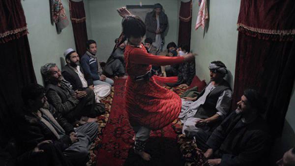 Zabi, người đàn ông 40 tuổi, tự hào khi thu nhập khá nhờ sở hữu 3 cậu bé làm bacha. Những người bạn thân của Zabi cũng là ông chủ khác, thi thoảng họ tụ tập và xem bọn trẻ múa từ 2 đến 3 giờ. Zabi không bao giờ ngủ với các bacha của mình, dù ông thừa nhận ôm hôn chúng. Ảnh: Qefes.