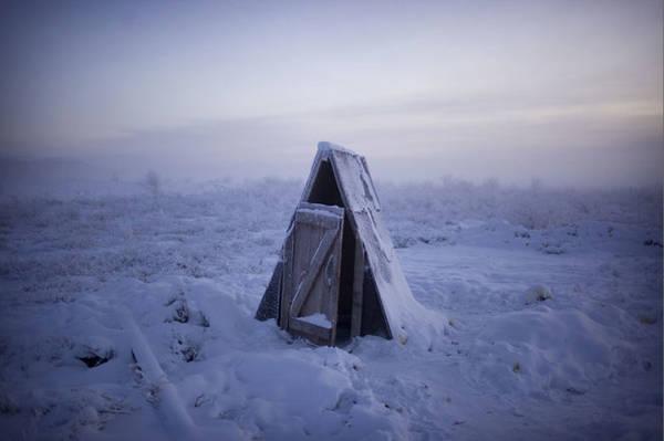 Hầu hết nhà vệ sinh trong làng được xây lộ thiên, bởi mặt đất đóng băng rất khó xây hệ thống đường ống trong nhà