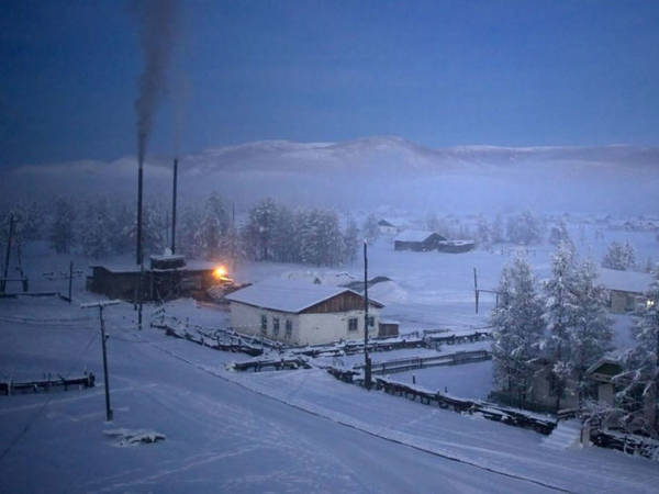 Nhà máy sưởi hoạt động bằng than để giữ ấm cho dân làng