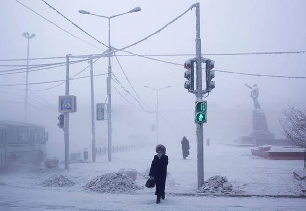 Mỗi khi ra ngoài, người dân phải quấn kín mít nếu không muốn bị đóng băng