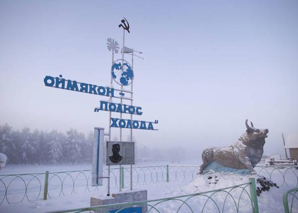 """Tấm biển chỉ dẫn vào làng ghi """"Omyakon, điểm cực của cái lạnh"""""""
