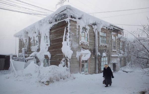 Một ngôi nhà giữa làng bị đóng băng