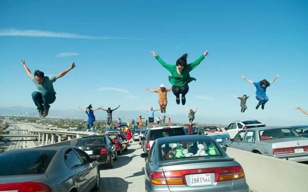 Trong một cảnh phim quay tại xa lộ Century, các tài xế phút chốc biến thành các vũ công và ca sĩ trên đoạn đường ách tắc. Nơi này còn có tên gọi khác là xa lộ liên tiểu bang 5 (gọi tắt là xa lộ I-5) - nút giao giữa đường cao tốc 110 và 105 - một trong những nút giao phức tạp nhất của thành phố. Ảnh: Dale Robinette/ Lionsgate.
