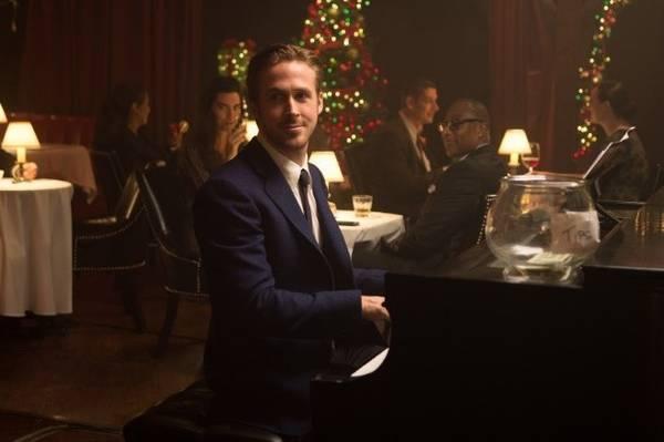 Nhân vật Sebastian chơi đàn trong nhà hàng The SmokeHouse, một nhà hàng lâu đời ở Los Angeles nổi tiếng với món bít tết, nằm ngay đối diện xưởng phim Warner Brothers. Ảnh: CNN.