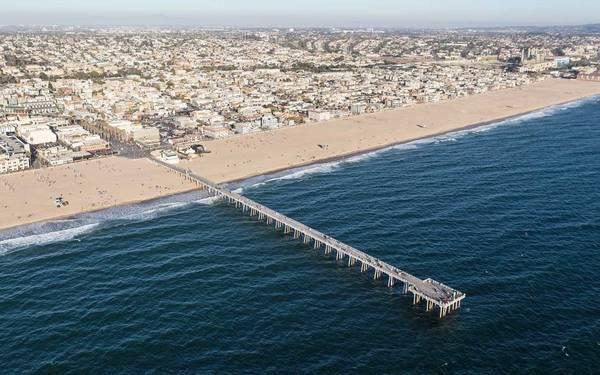 Trên bến tàu cạnh bãi biển Hermosa, Sebastian thể hiện City of Stars - ca khúc trong phim hay nhất tại Quả Cầu Vàng 2017. Bến tàu dài hơn 300 m, nằm tại South Bay - một khu vực khá nhộn nhịp phía tây nam Los Angeles. Ảnh: Getty Images/ iStockphoto.