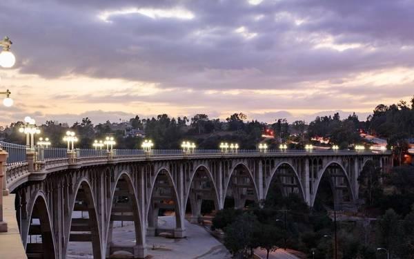 Cầu Colorado Street từng là cây cầu bằng bê tông cao nhất thế giới khi nó được hoàn thiện vào năm 1913, và là một trong những công trình đáng tự hào nhất của thành phố. Bữa tiệc thường niên trên cầu Colorado được tổ chức vào tháng 7. Ảnh: Getty.