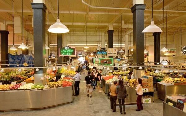 Khu chợ Grand Central là nơi Mia và Sebastian cùng dùng bữa. Đây chợ thực phẩm lâu đời nhất Los Angeles, mở cửa hơn 99 năm trước, nổi tiếng từ lâu với những quầy hàng nhộn nhịp và những cửa hàng bán taco. Hiện nay khu chợ đã được sửa sang lại, sẵn sàng phục vụ những món hiện đại. Ảnh: Getty images.