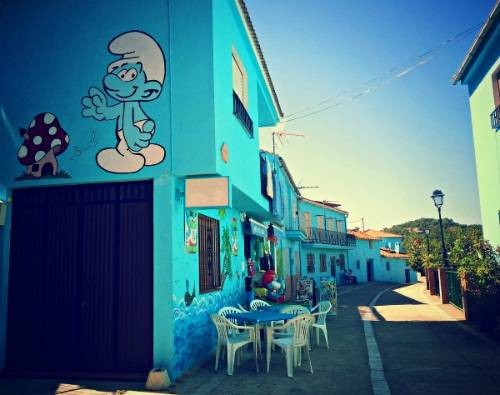 Ngôi làng trước đây có màu trắng. Do một số yếu tố thuận lợi, các nhà sản xuất phim Xì-trum sau đó đã chọn ngôi làng này, sơn toàn bộ sang màu xanh giống như màu xanh trong bộ phim để quảng bá.