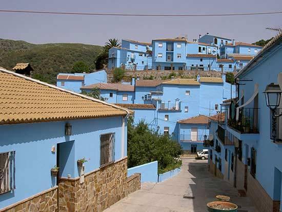 Hãng Sony Pictures đã phải thuê 12 công nhân địa phương, sử dụng 4.200 lít sơn để biến Juzcar thành ngôi làng Smurf của đoàn quân xì-trum màu xanh. Sau khi được giới thiệu, ngôi làng đã bắt đầu thu hút nhiều sự chú ý của khách du lịch.