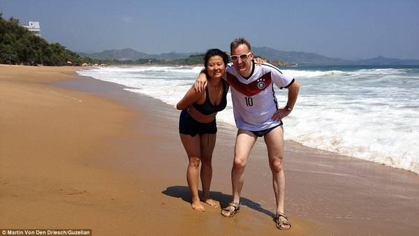 Tháng 8/2014, vợ chồng Martin Von Den Driesch và Julia Kim đã du lịch Triều Tiên trong 8 ngày cùng một nhóm 30 người Nga và Hàn Quốc. Tại đây, họ khám phá Triều Tiên qua một khóa học tại thủ đô Bình Nhưỡng. Nhóm người được phép tham quan đất nước dưới sự hộ tống của những người giám sát trong chính phủ.