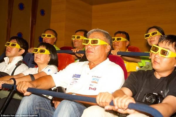 Người dân Triều Tiên xem phim 3D tại một rạp ở thủ đô Bình Nhưỡng