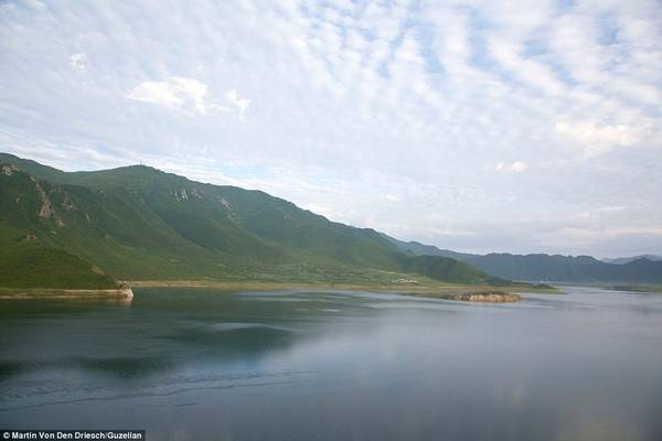 Bức ảnh chụp phong cảnh cho thấy một trong những khía cạnh ít được biết tới của Triều Tiên: những ngọn núi và bãi biển tuyệt đẹp.