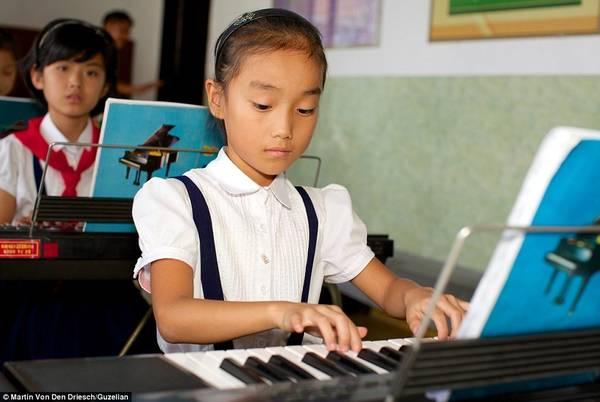 Học sinh trong giờ học nhạc cụ tại trường Showcase ở thủ đô Bình Nhưỡng.
