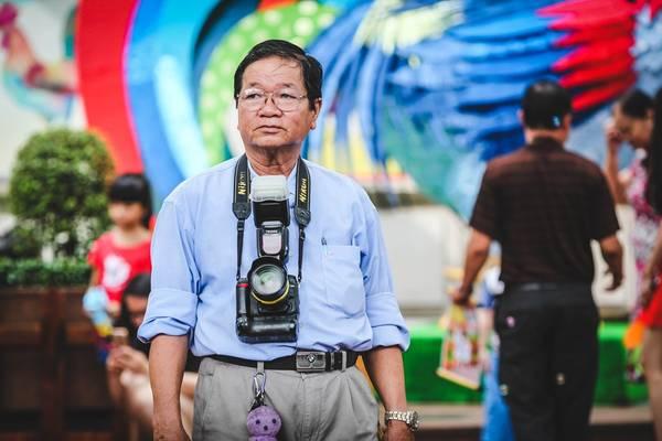 Một người thợ chụp ảnh lưu niệm tận dụng cơ hội này để tìm khách.