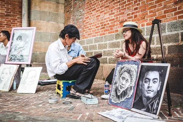 Ngoài hoạt động chụp ảnh, bên nhà thờ Đức Bà còn có dịch vụ vẽ tranh ký hoạ thu hút khách du lịch.