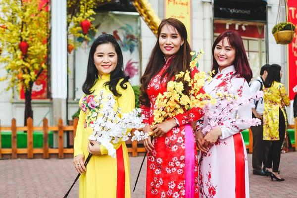 Nhiều cô gái diện những bộ trang phục đẹp đến đây tạo dáng trong đó phần lớn là áo dài thêu các họa tiết mang ý nghĩa mùa xuân.