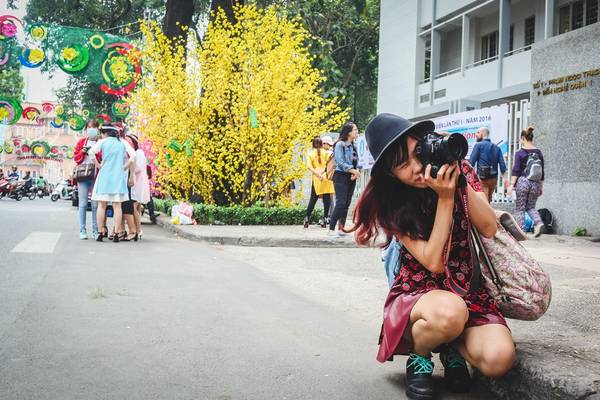 Ở những góc đường khác nhau, cá bạn trẻ tha hồ sáng tác ảnh với hoa đào, mai cùng những đèn dây trang trí trên đường Phạm Ngọc Thạch.