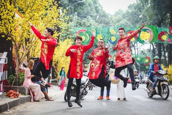Nghệ sĩ hài Hiếu Hiền cũng có mặt tại đây để quay một MV về mùa xuân. Anh cùng với các đồng nghiệp Lê Trọng Hiếu, Cảnh Minh, Dương Nhất Linh, Tuỳ Phong nô đùa giữa đường phố.