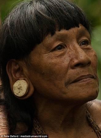 Phụ nữ Huaorani nong rộng dái tai bằng cách đeo các loại bông tai tròn làm từ đá hoặc gỗ
