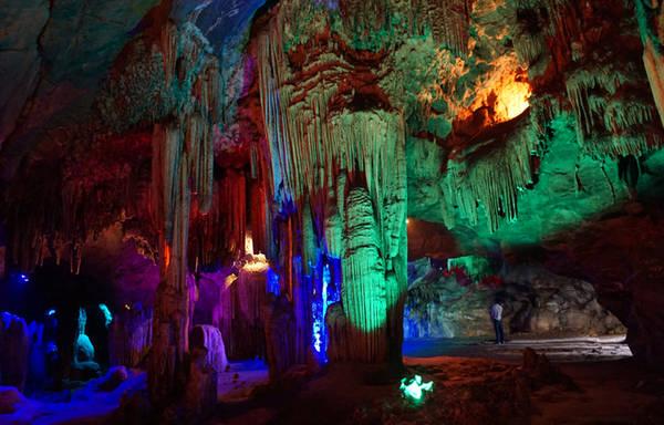 Cách TP Thanh Hóa hơn 40 km, Động Từ Thức (xã Nga Thiện, huyện Nga Sơn) được mệnh danh là một trong những hang động đẹp nhất ở xứ Thanh.