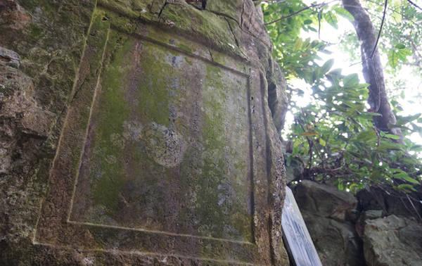 Xưa kia, từng có nhiều bậc tao nhân mặc khách như Lê Thánh Tông, Lê Quý Đôn... đến thưởng ngoạn và để lại nhiều bài thơ khắc trên vách động.
