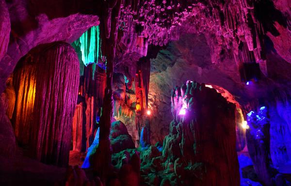 Dưới ánh điện màu càng làm cho hang núi thêm lung linh huyền ảo.
