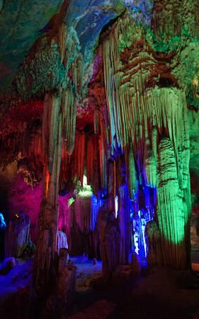 Xưa kia dãy núi có Động Từ Thức vốn nằm sâu dưới đáy biển song do quá trình biển thoái để lộ ra những hang động đá vôi lớn.