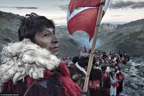 80.000 khách hành hương đi xuống thung lũng Sinakara (Peru)