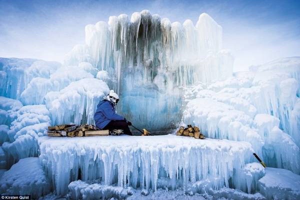 Người nhóm lửa giữa màn tuyết trắng ở Alberta