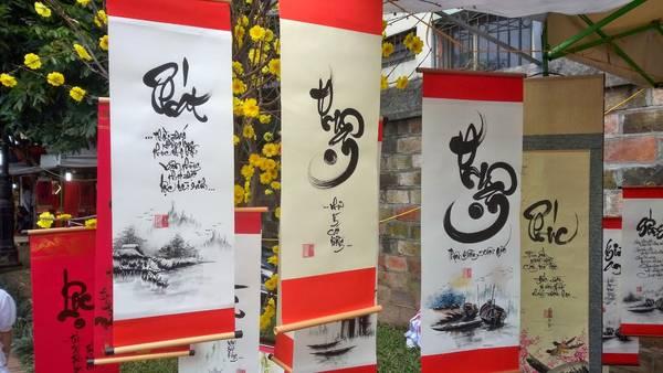 Mỗi bức thu pháp theo quan niệm xưa có các yếu tố tâm, ý, khí, lực của người đề viết. Chữ viết luôn mang dáng vẻ rồng bay phượng múa cùng màu giấy tươi sắc tượng trưng cho một năm mới sự may mắn và tốt lành. Ảnh: thanhnien.vn