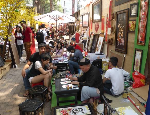 Phố ông Đồ tại Nhà Văn Hóa Thanh Niên cũng là một nơi nhộn nhịp mà người Sài Gòn lui tới xin chữ đầu năm. Ảnh: vietbao.com.