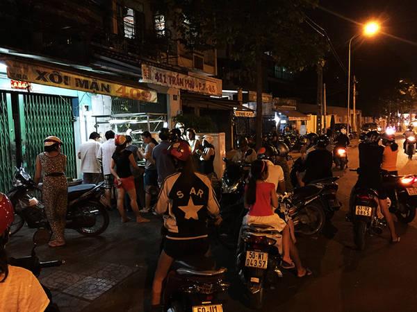 """Quán xôi là một xe có tủ kính trông như xe bánh mì vẫn thường thấy ở nhiều tuyến phố tại Sài Gòn, chỉ có điều nó được đặt cạnh 2 nhà tang lễ lớn nhất quận 5 nên được quen gọi """"xôi nhà xác""""."""