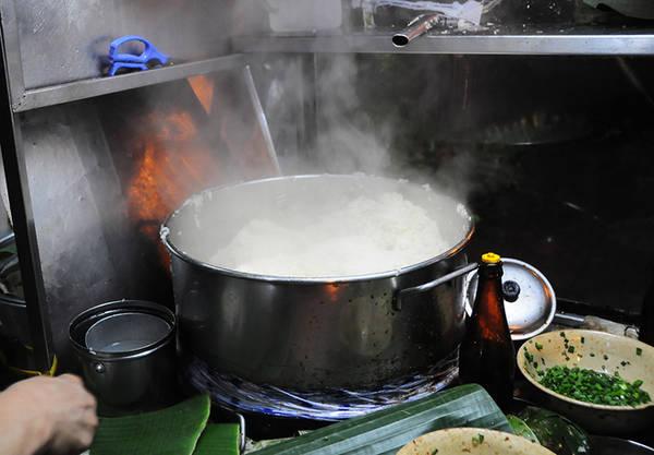 Nồi xôi được bắc trên bếp gas đặt trong xe, xôi luôn nghi ngút khói. Nếp nấu xôi khá dẻo, thơm và béo nhưng vẫn không quá ngon hơn các quán xôi khác tại Sài Gòn.